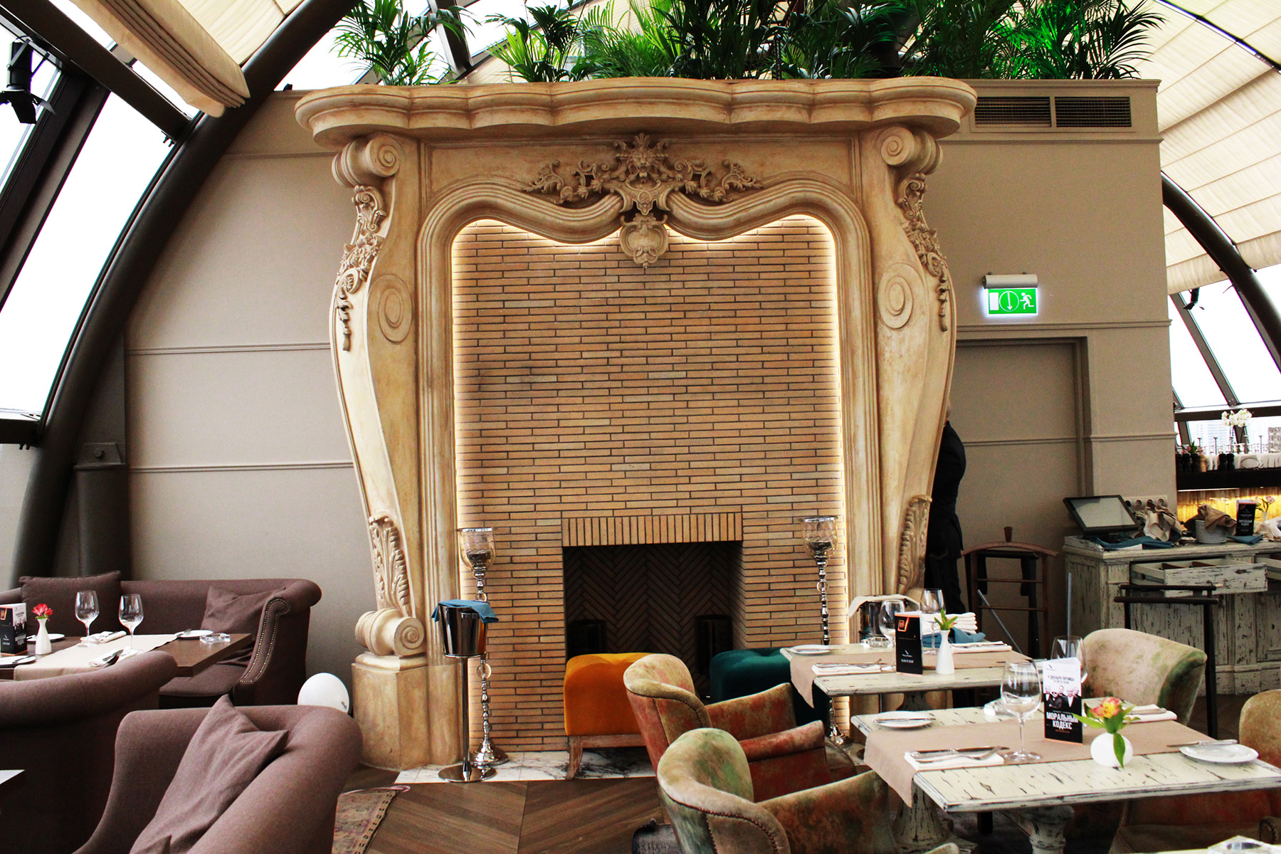 Декоративный камин выполнен Архитектурно-производственной мастерской Елены Афти. Высота камина 3500 мм.