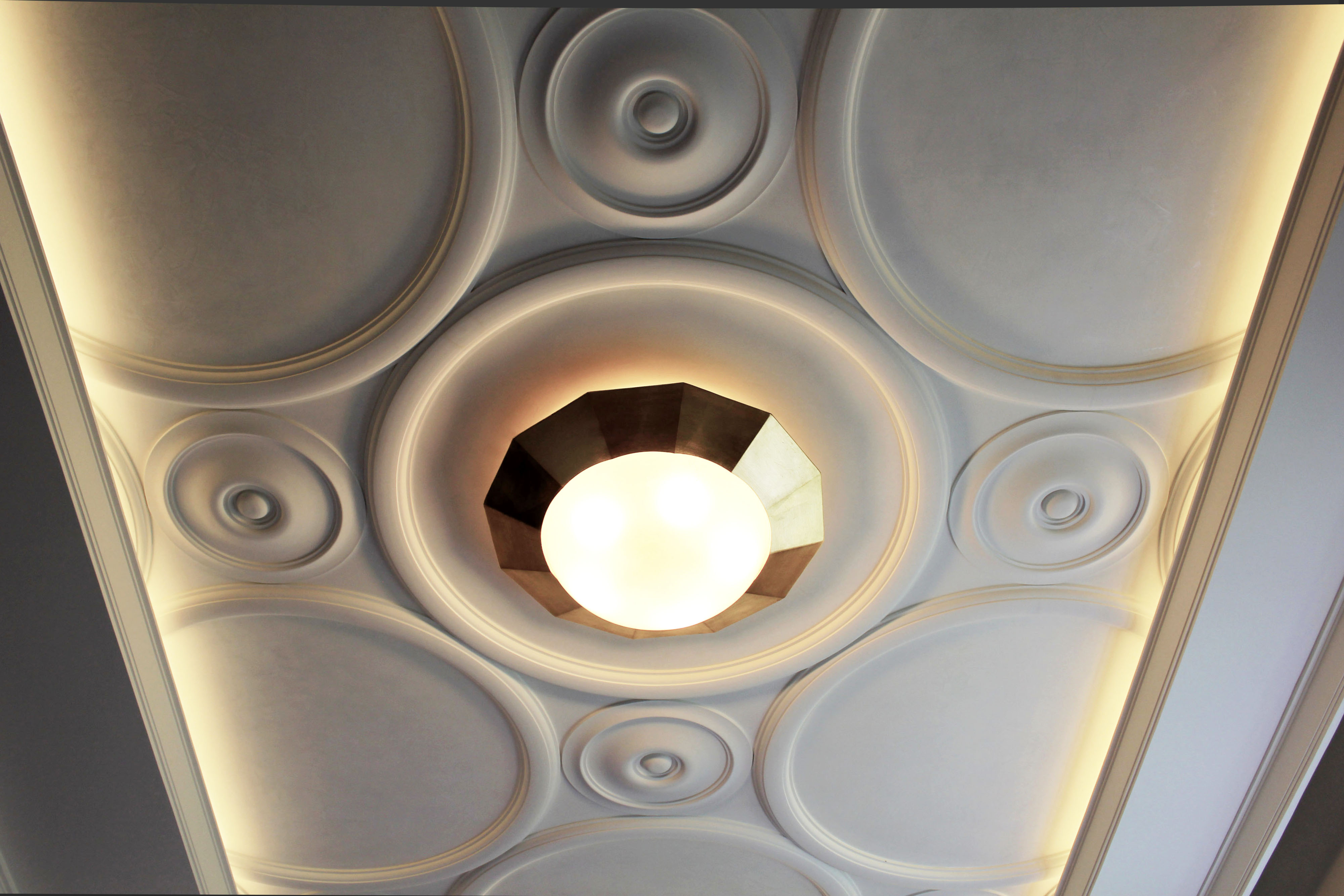 Лепной потолок выполнен Архитектурно-производственной мастерской Елены Афти