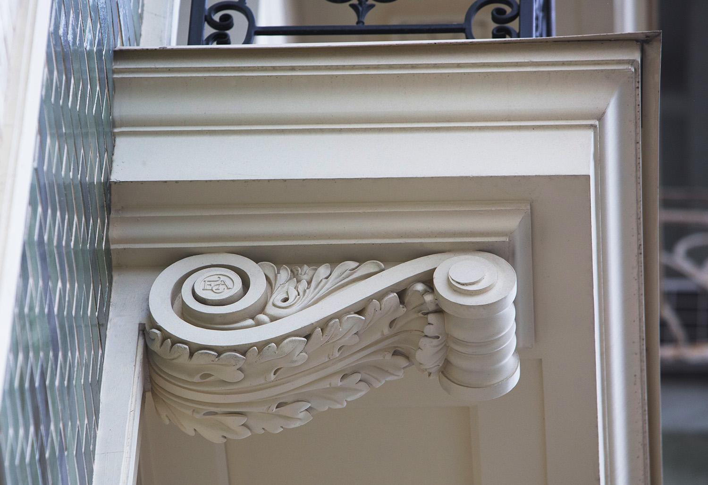 Кронштейн на фасаде здания. Выполнены Архитектурно-производственной мастерской Елены Афти. Архитектор проекта Елена Афти
