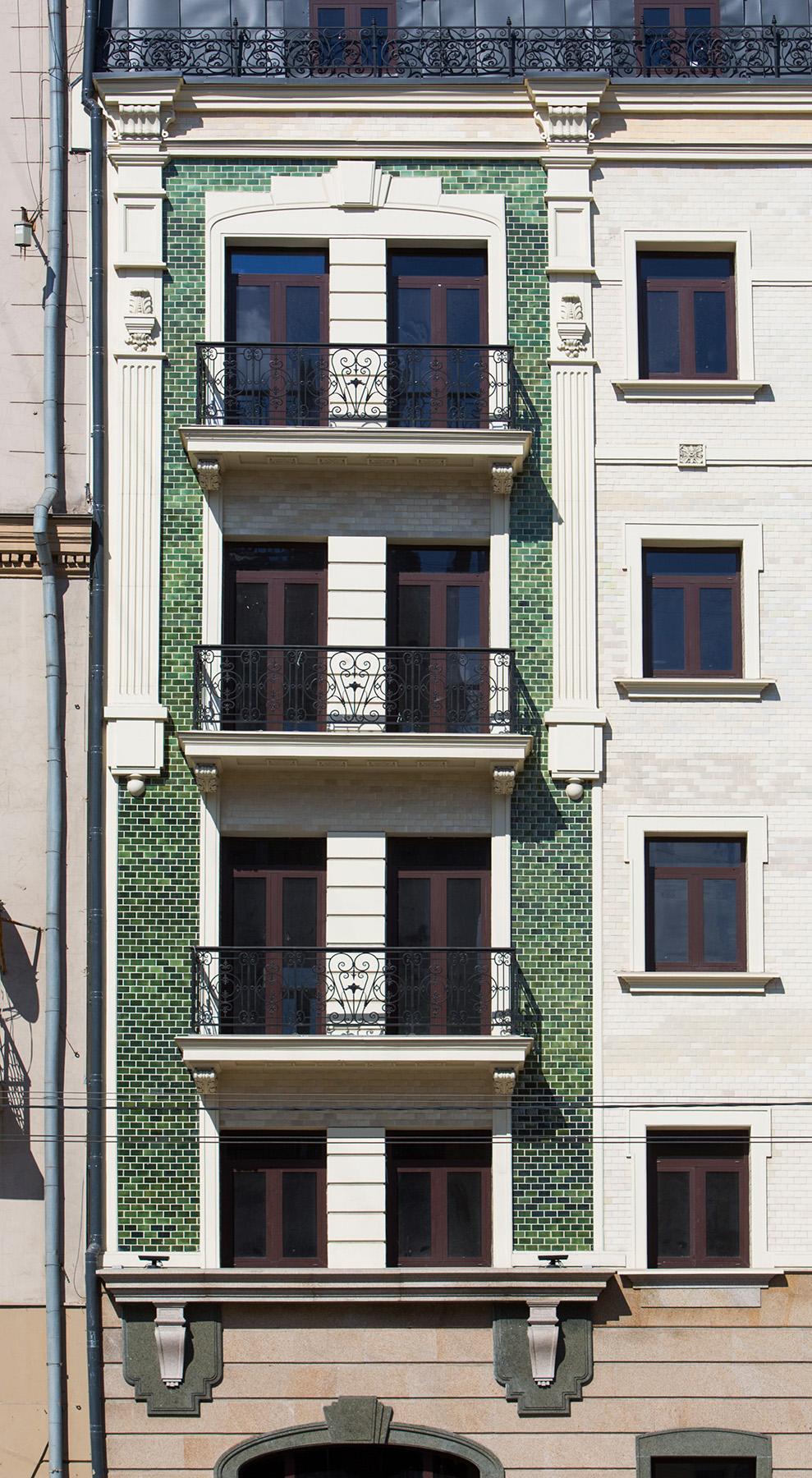 Лепные детали на фасаде здания. Выполнены Архитектурно-производственной мастерской Елены Афти. Архитектор проекта Елена Афти