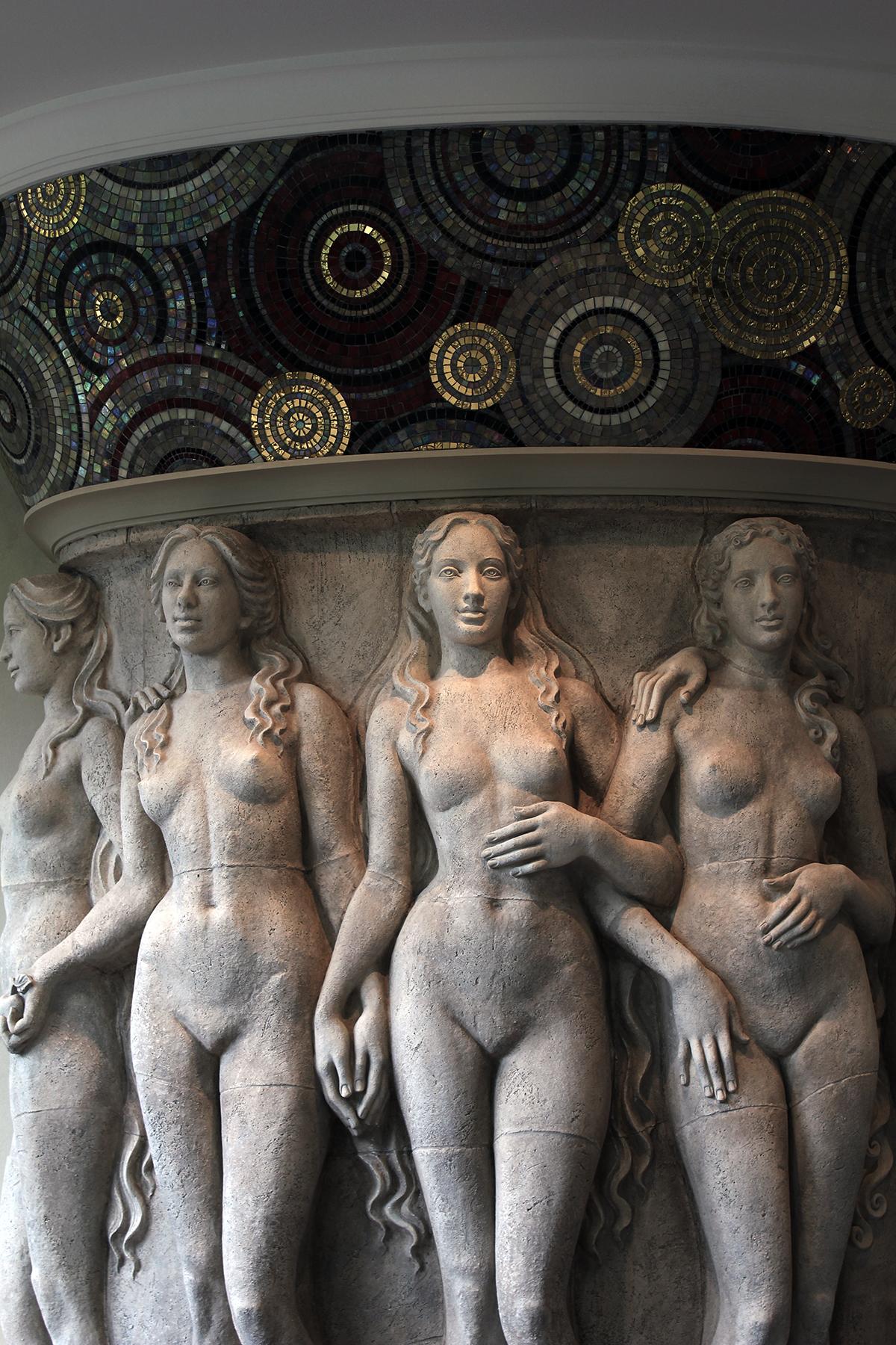 Камин Пять граций. Авторская работа Елены Афти. Материал исполнения шамотная глина, мозаика.