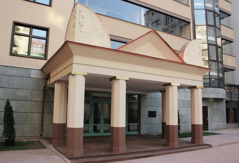 Маскароны на фронтоне входной группы здания по адресу Филипповский пер. 13. Работа выполнена Еленой Афти в рамках предприятия Город Богов.