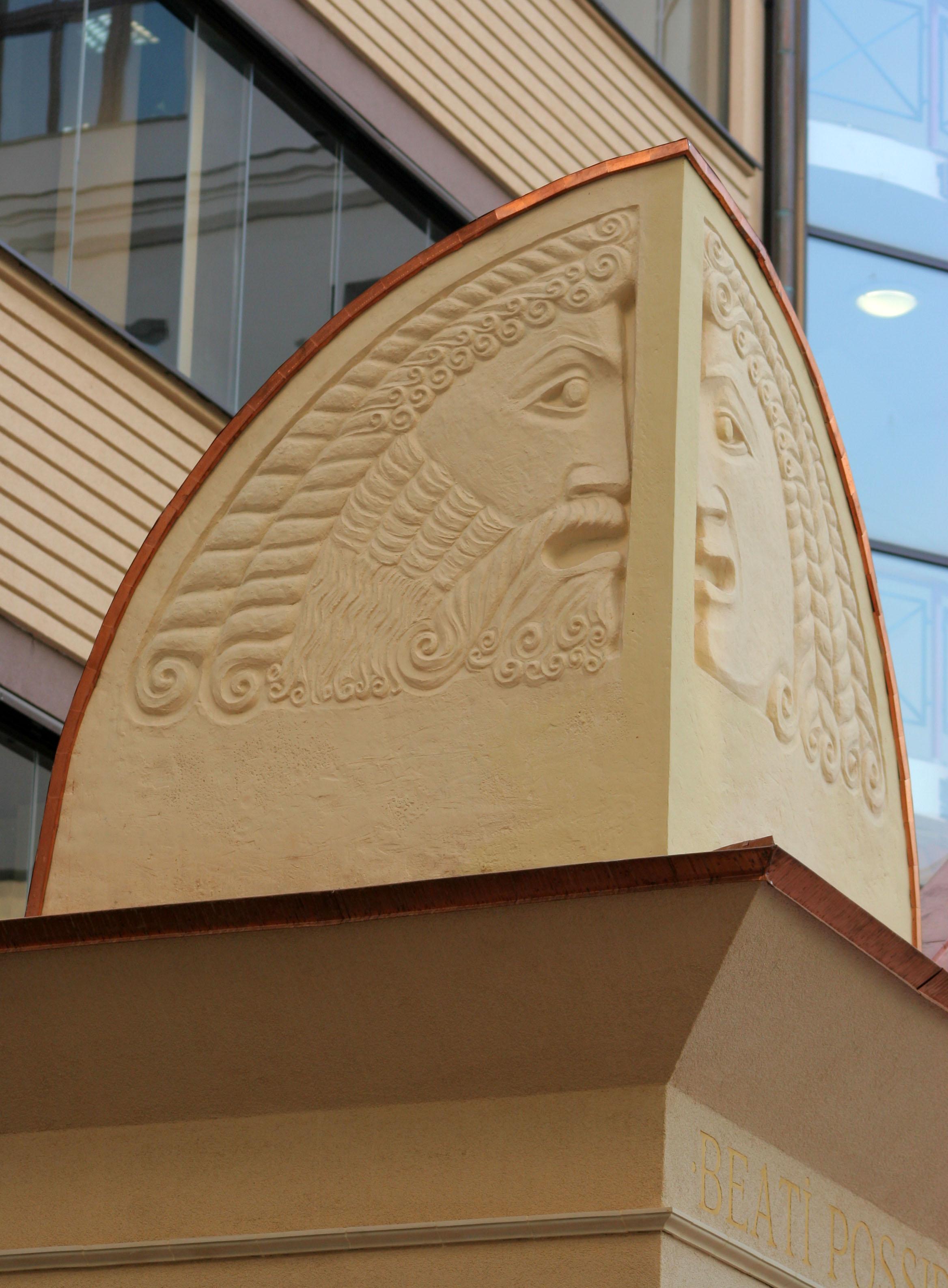 Маскарон на фронтоне входной группы здания по адресу Филипповский пер. 13. Работа выполнена Еленой Афти в рамках предприятия Город Богов.