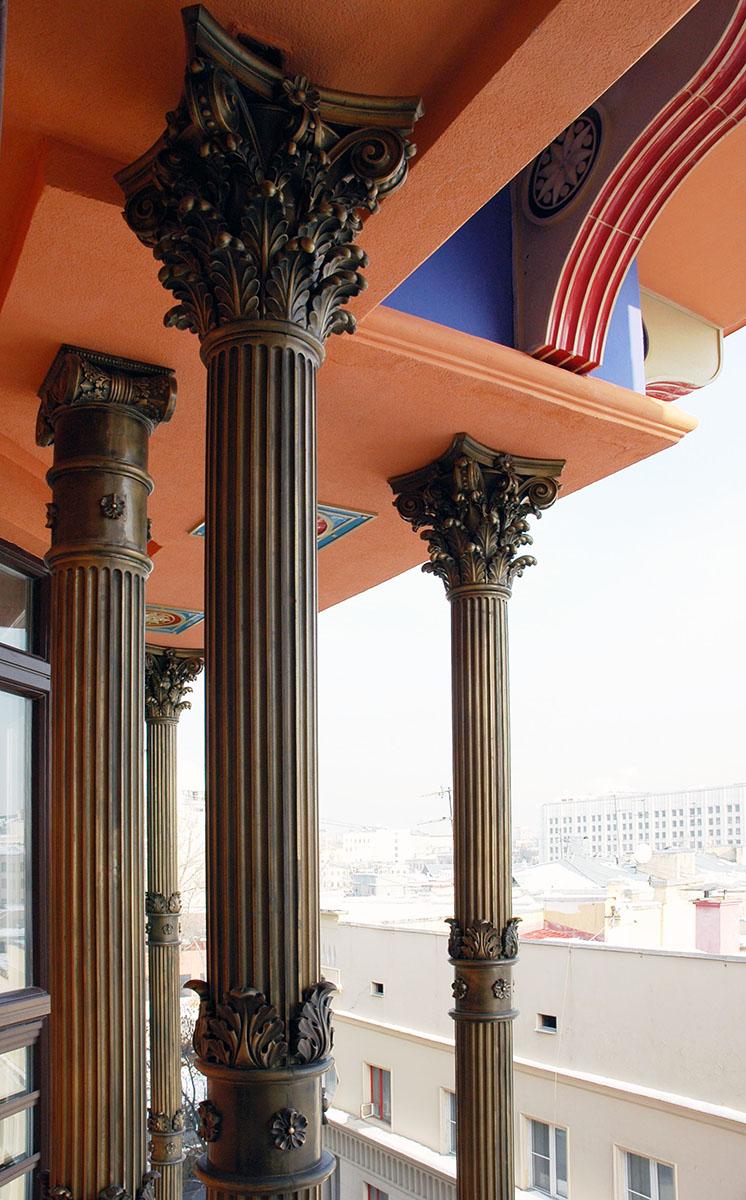 Архитектурный декор на фааде здания по адресу филипповский 13. Работы выполнены в рамках предприятия Город Богов. Материал исполнения: керамика, полимерный пластик.