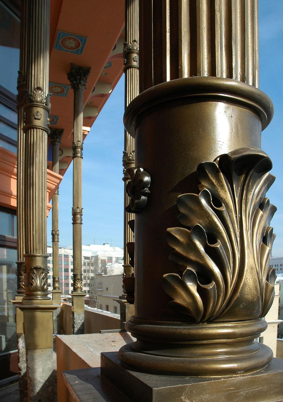 Фрагмент колонн на фасаде здания по адресу филипповский 13. Работы выполнены в рамках предприятия Город Богов. Материал исполнения: керамика, полимерный пластик.