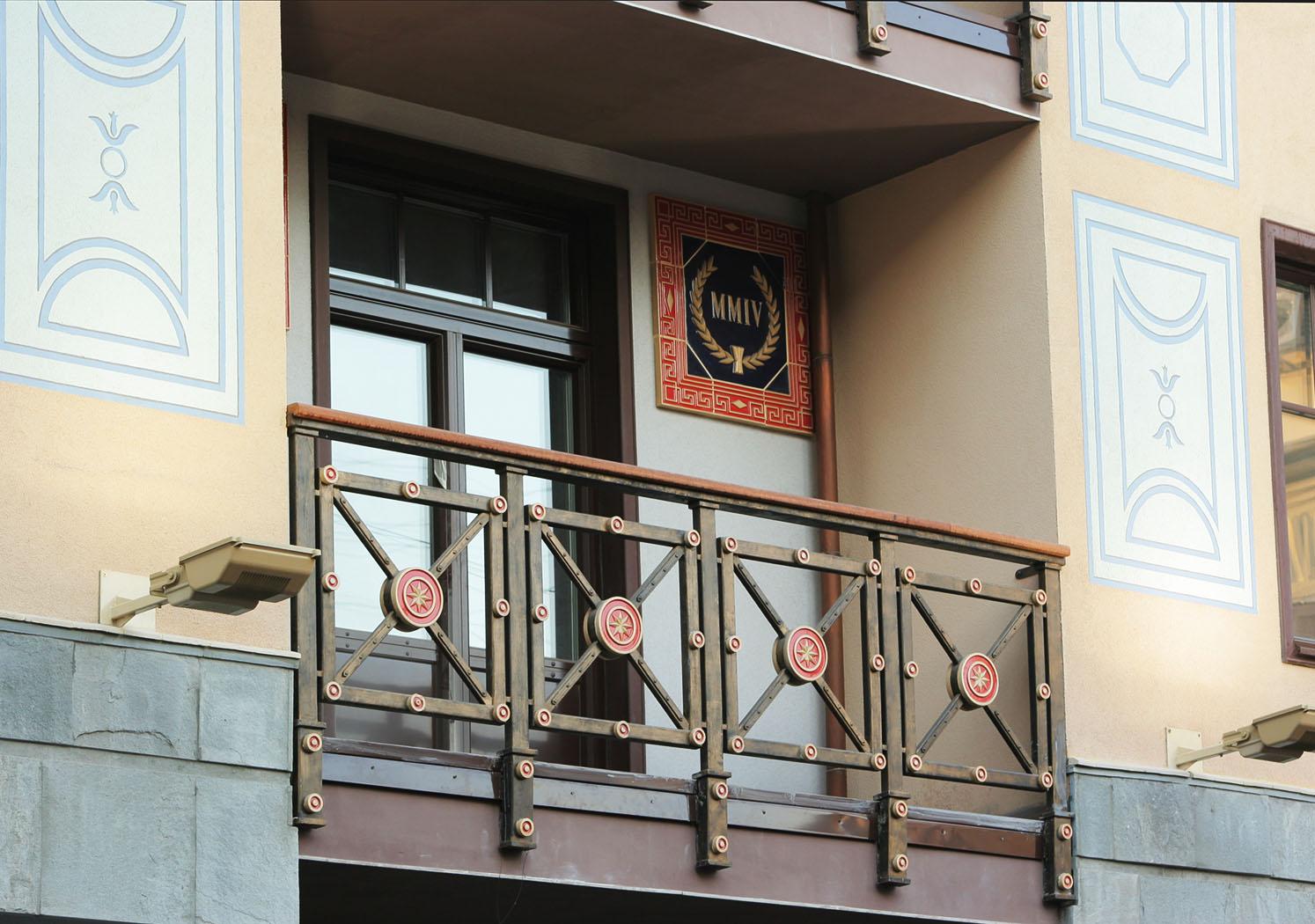 Керамический декор на ограждениях балкона и на стенах здания. Работа выполнена в рамках предприятия Город Богов.