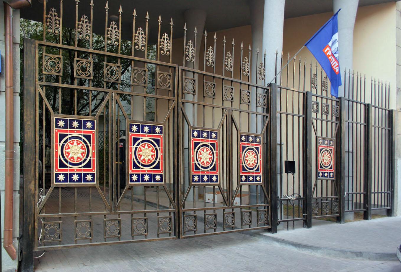 Керамические изразцы украшающие въездные ворота.